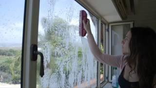 Kako oprati prozore sa spoljne strane a da ostanete unutra (VIDEO)