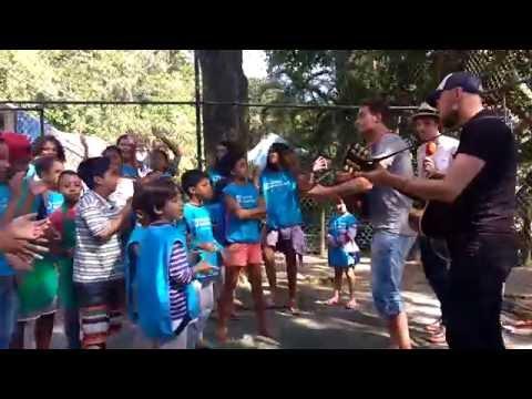 Douwe Bob bezoekt SOS Kinderdorpen in Rio de Janeiro