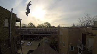 Nhảy xuống mái nhà mà không sao