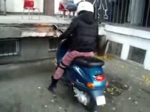 Kobieta i skuter - to nie może skończyć się dobrze