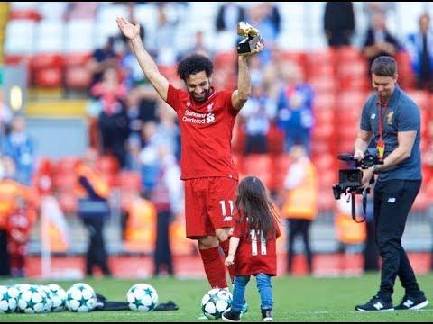 شاهد لأول مرة..ابنة محمد صلاح ترفض مغادرة الملعب وتداعب الكرة
