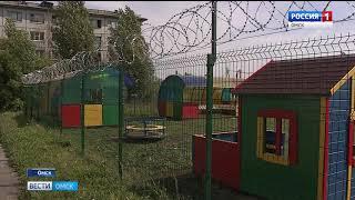 Игровую площадку частного детского сада огородили забором и колючей проволокой