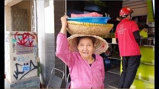 Gặp lại bà cụ bán xôi bắp với sở thích đeo vàng giả, cho tiền không nhận vì sợ mắc nợ