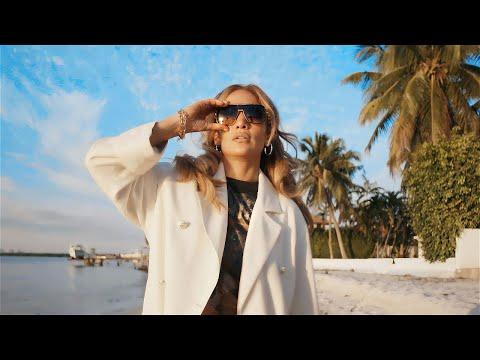 За 20-тата годишнина на албумот J.Lo, Џенифер Лопез објави видео инспирирано од спотот на Love Don't Cost a Thing