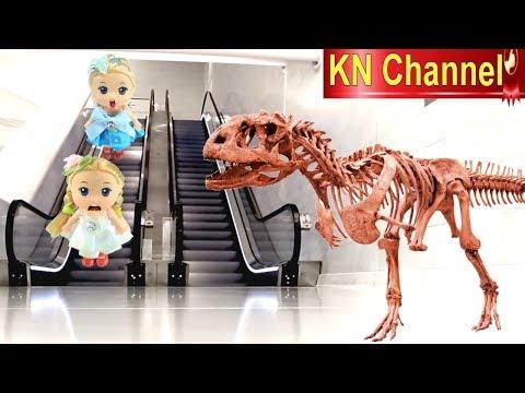 Đồ chơi trẻ em BÚP BÊ KN Channel GẶP SỰ CỐ THANG CUỐN TRONG CÔNG VIÊN KHỦNG LONG