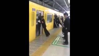 Khám phá Nhật Bản   Giờ cao điểm khi đi tàu điện