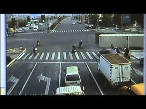 Un tir se rastoarna in mijlocul intersectiei