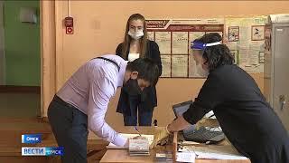 Одним из первых на избирательный участок пришёл глава региона Александр Бурков