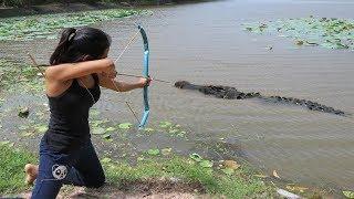 فتاة مذهلة تصطاد    تمساح    بالقوس - كيفية صيد التمساح في البرية #جديد 2017