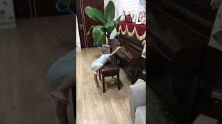 Con trai Quốc Nghiệp Giang Hùng Tâm đệm đàn cho Ca Sĩ Mà Má Ngọc Mai hát