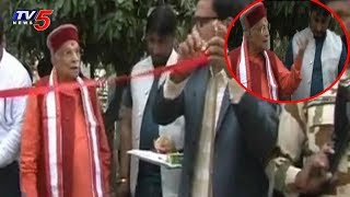 No scissors to cut, Murali Joshi pulls ribbon in anger..