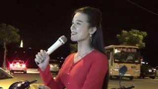 Cô gái xinh đẹp hát đường phố hay như ca sĩ | Thanh Tuyền kẹo kéo