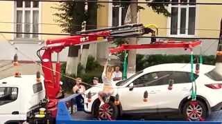 Ljepotica pokušala striptizom izmoliti da joj 'pauk' vrati auto