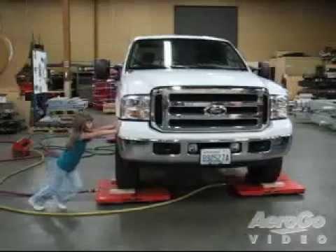 Rodízios de AeroGo ar - duas meninas pequenas mover grande Ford caminhão