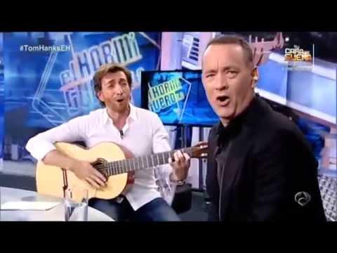 Pablo Motos entrega a Tom Hanks una Guitarra Francisco Bros en directo en El Hormiguero.