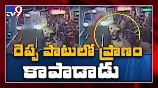 Man's dramatic rescue from tracks of metro..
