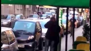 NEVJEROVATNO U Sarajevu muškarac dobio batine od djevojke! (VIDEO)