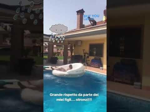 VIDEO - Bruno Conti, relax in piscina: ma i figli lo svegliano con un gavettone
