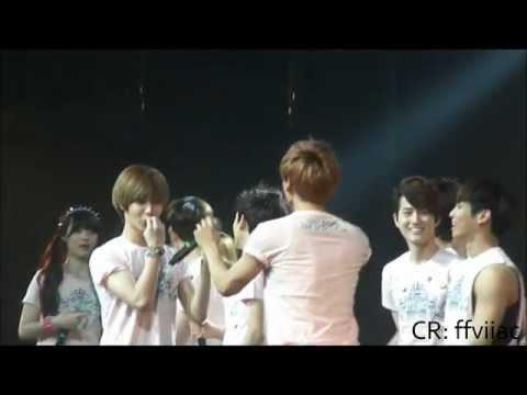 SMTOWN LA 2012 - [SHINee] Jonghyun & Taemin being silly during Finale HD!