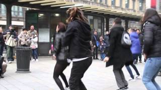 Flashmob marry you bruno mars proposal Tony & Sara piazza Cordusio Milano