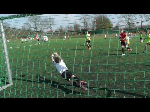 Trainer des 1.FC Köln trainieren Pulheimer Kids.