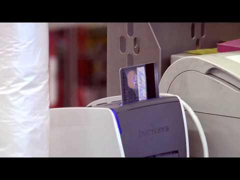 Katso miten kauppias Pyrhönen palvelee asiakkaitaan päivittäistavarakaupan kassajärjestelmällä. Kauppahuone Pyrhönen on viidestä myymälästä koostuva perheyritys Hyvinkäällä. Tutustu heidän valikoimaansa täällä: www.pyrhonen.fi