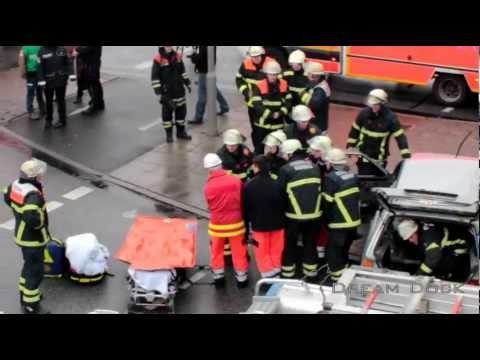 FEUERWEHR HAMBURG VERKEHRSUNFALL ++ RETTUNGSWAGEN NOTARZT HLF IM EINSATZ