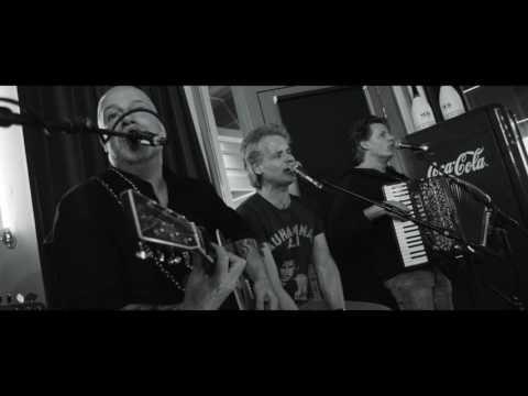 Op uitnodiging van Douwe Bob gaf BLØF op zaterdag 11 maart 2017 een verrassingsoptreden in The Fool Bar in Amsterdam. Een korte terugblik! Video: Set Vexy