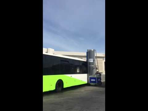 Lavado de autobuses urbanos con monocepillo diesel