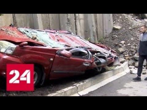 Циклон в Приморье: упавший бетонный блок превратил машины в металлолом - Россия 24 photo
