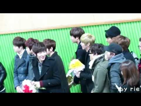 130207 CHANYEOL gives flower to SEHUN