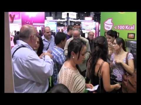 La yogurtería autoservicio Yooglers pasa el micro a sus clientes en el Salón de la Franquicia