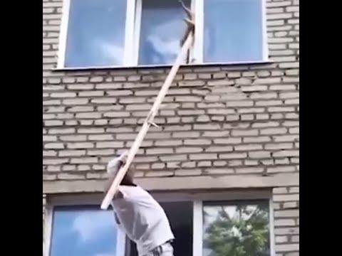 МУЖЧИНА СПАС КОТА, КОТОРЫЙ ЗАСТРЯЛ В ПЛАСТИКОВОМ ОКНЕ / A man saved a cat