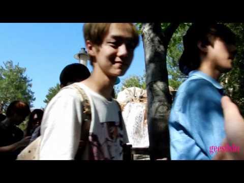 120519 [fancam] EXO at Disneyland | Luhan - Baekhyun shake hand with me