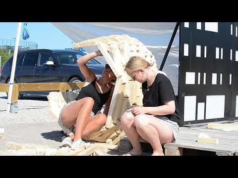 Arkitektstudenter skapar utställning av karnevalsskrot i Brunnshög