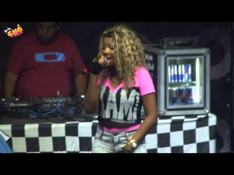 Baixar MC Beyoncé - Senta Em Mim / Bateu Uma Onda Forte (Ao Vivo) @ Baile do Chá da Alice - Pheeno TV