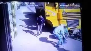 شاب ينجو من الموت بعد دهس سيارة نقل له !!