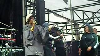 Video - Puts On A Show - Lauryn Hill Brings Out Beyonce, Mary J Blige, Alicia Keys