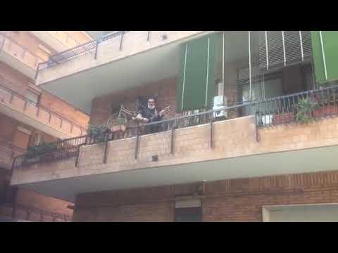 VIDEO - La Roma consegna il kit all'abbonata over 75 e Marco Conidi canta dal balcone