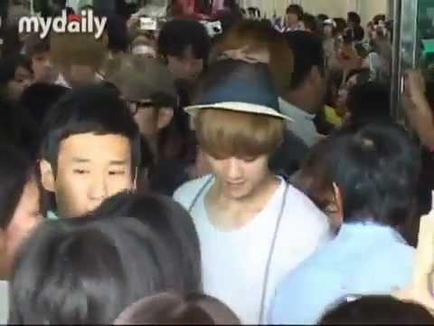 120806 EXO Arriving at Gimpo Airport - Luhan & Baekhyun got pushed & Luhan fell