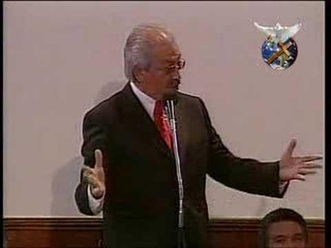 Bachelet escucha a Manuel Flores