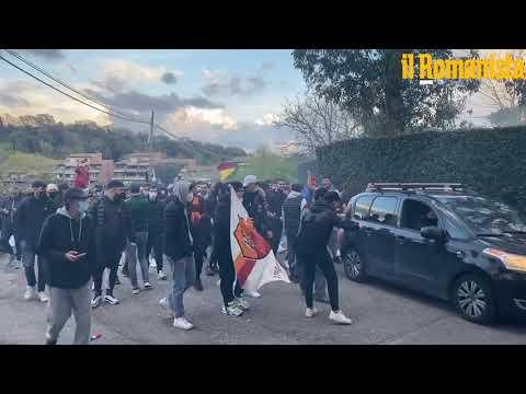 VIDEO - Roma-Ajax, centinaia di romanisti caricano la squadra a Trigoria