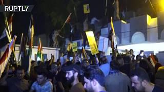 لحظة اقتحام سفارة البحرين في بغداد ورفع العلم الفلسطي ...