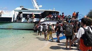 Hàng ngàn du khách chen lấn lên tàu vì sợ sóng thần ở Indonesia