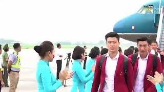 Dàn cầu thủ U23 Việt Nam đẹp trai bước xuống từ máy bay