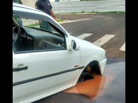 Carro cai em cratera em Marília e dono fica revoltado