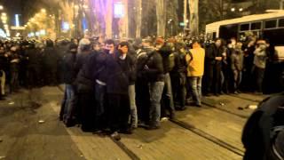 (+16) Protestatari pro-ruși snopesc în bătaie băștinașii ucraineni #Donețk