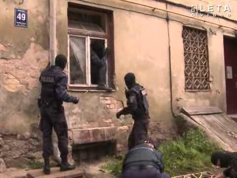 Policija kopā ar ugunsdzēsējiem ielaužas