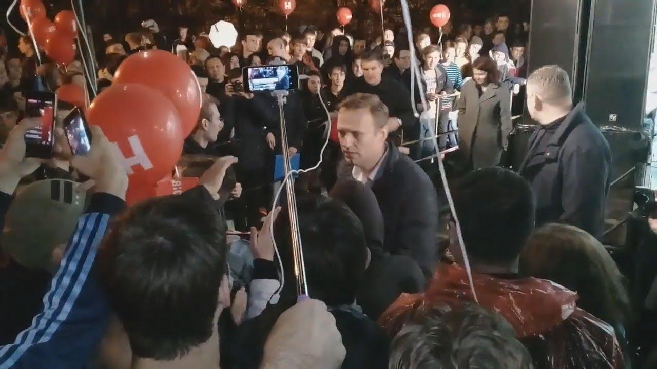 """Навальный в Астрахани: """"Нужно начинать жить богато!"""""""