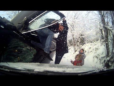 Разминување на тесен селски пат на снежно време